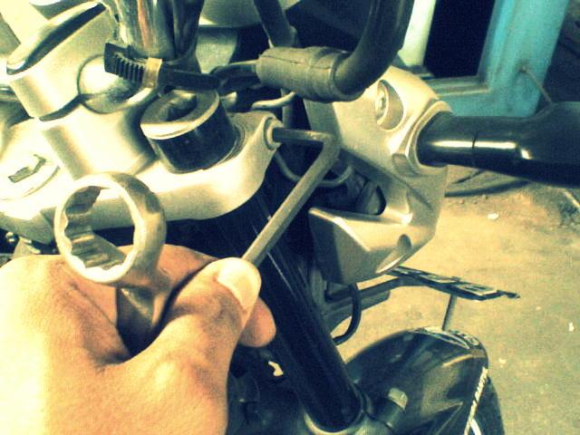 Inilah dampak buruk yang akan terjadi jika menurunkan shock depan motor !