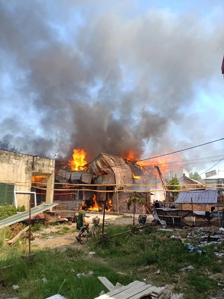 Xưởng chế biến gỗ ở Hà Nội cháy dữ dội, nhiều tài sản bị thiêu rụi