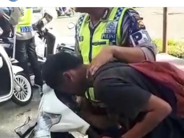 Ini Cerita di Balik Pemotor 'Kesurupan' Saat Ditilang Polisi