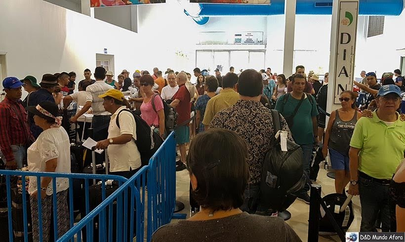 Esperando para embarcar no navio no Porto de Cartagena das Índias - Diário de Bordo: cruzeiro pelo Caribe