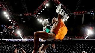 UFC - El irlandés Conor McGregor hace historia unificando los pesos ligeros y los pesos pluma