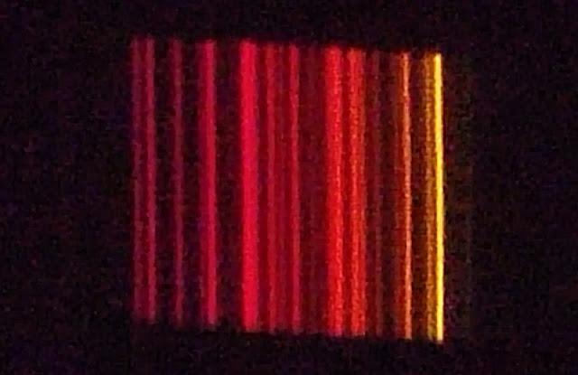 Espectro atómico de una descarga de gas neón.