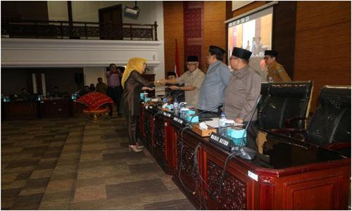 Wakil Ketua DPRD Sumbar Guspardi Gaus Pimpin  Pandangan Umum Fraksi Restribusi  Jasa Umum