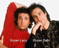 Kuzen Larry ve Kuzen Balki'nin yan yana bir fotoğrafı