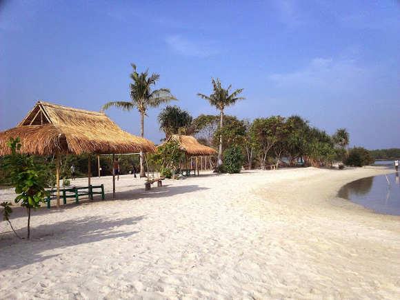Hamparan Pasir Putih di Pantai Madasari