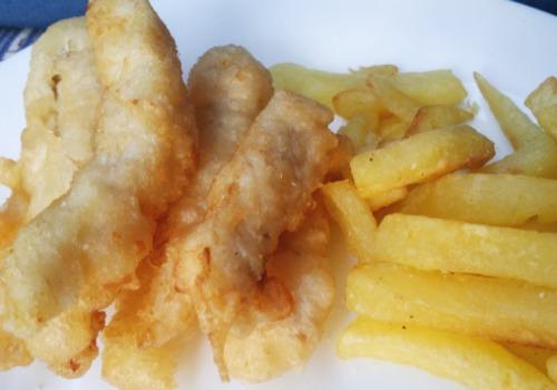 Pescado rebozado con patatas fritas. Típica comida inglesa