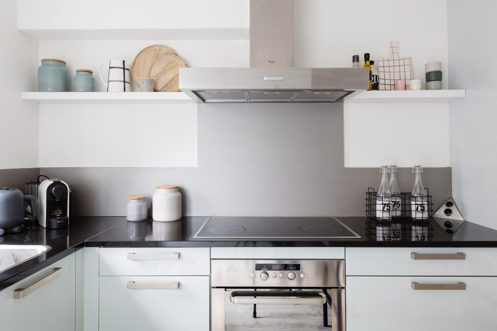 Houten keuken met poster planken u stockfoto denisismagilov