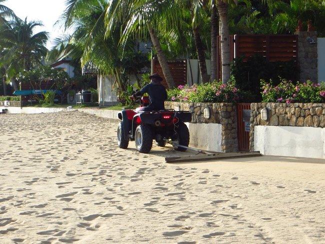 Выравнивают песок на квадроцикле