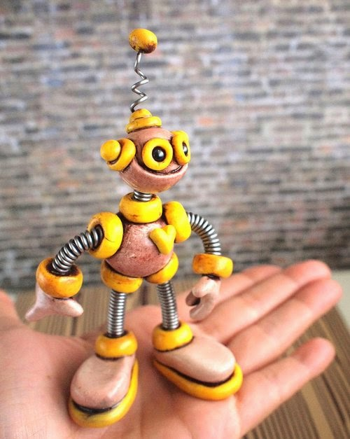 17-Yellow-Yars-Grungy-Bot-HerArtSheLoves-Clay-Robot-World-Sculptures-www-designstack-co