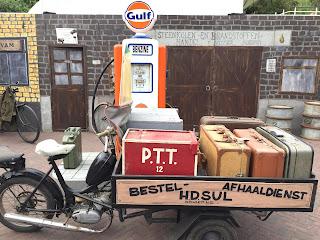 Zoutelande: Ausstellung eines alten Motrorrades an einer Tankstelle