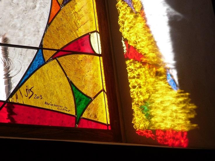 Couleur du vitrail projetée sur le mur