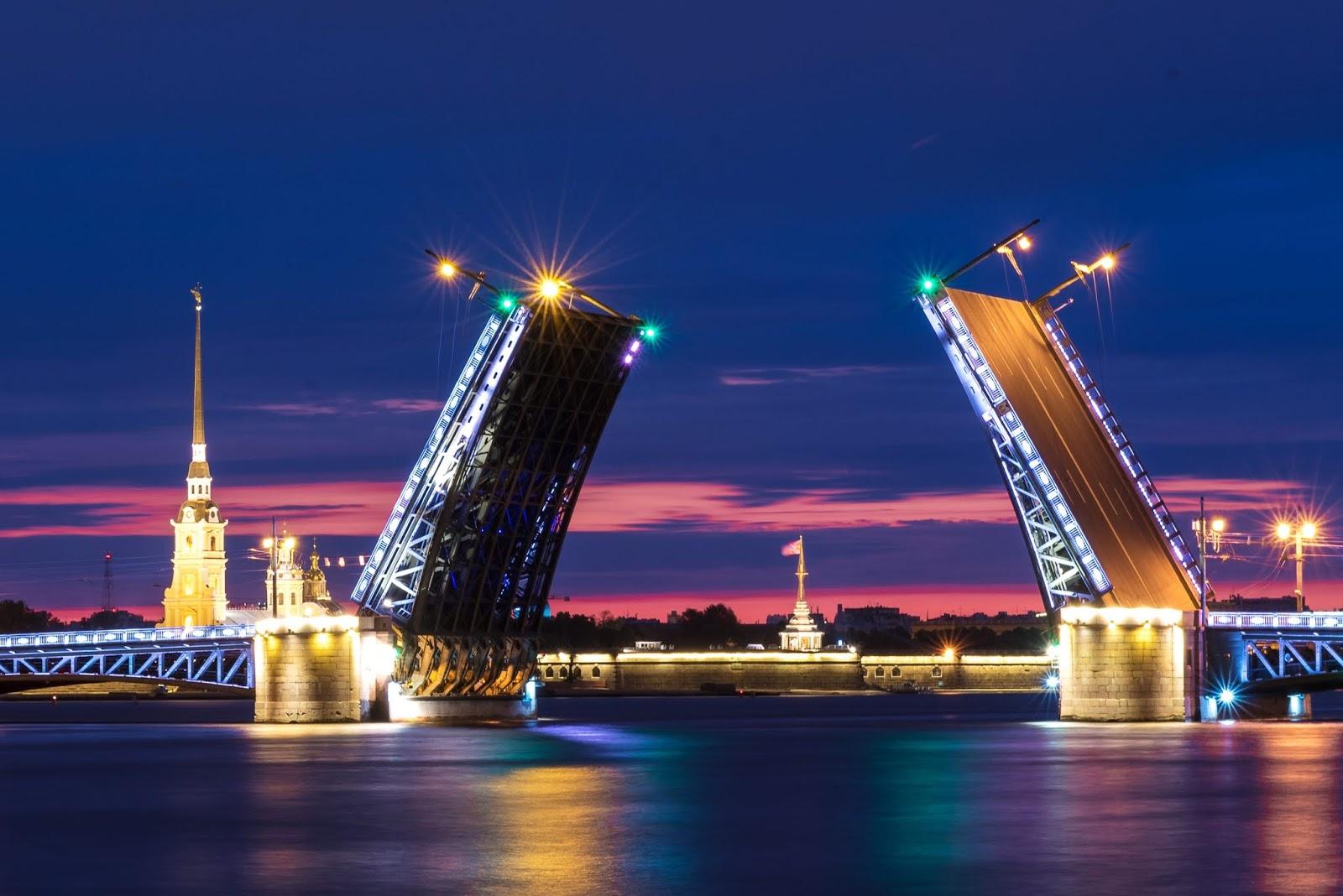 Pocztówka z Petersburga – białe noce, zwodzone mosty i błękit