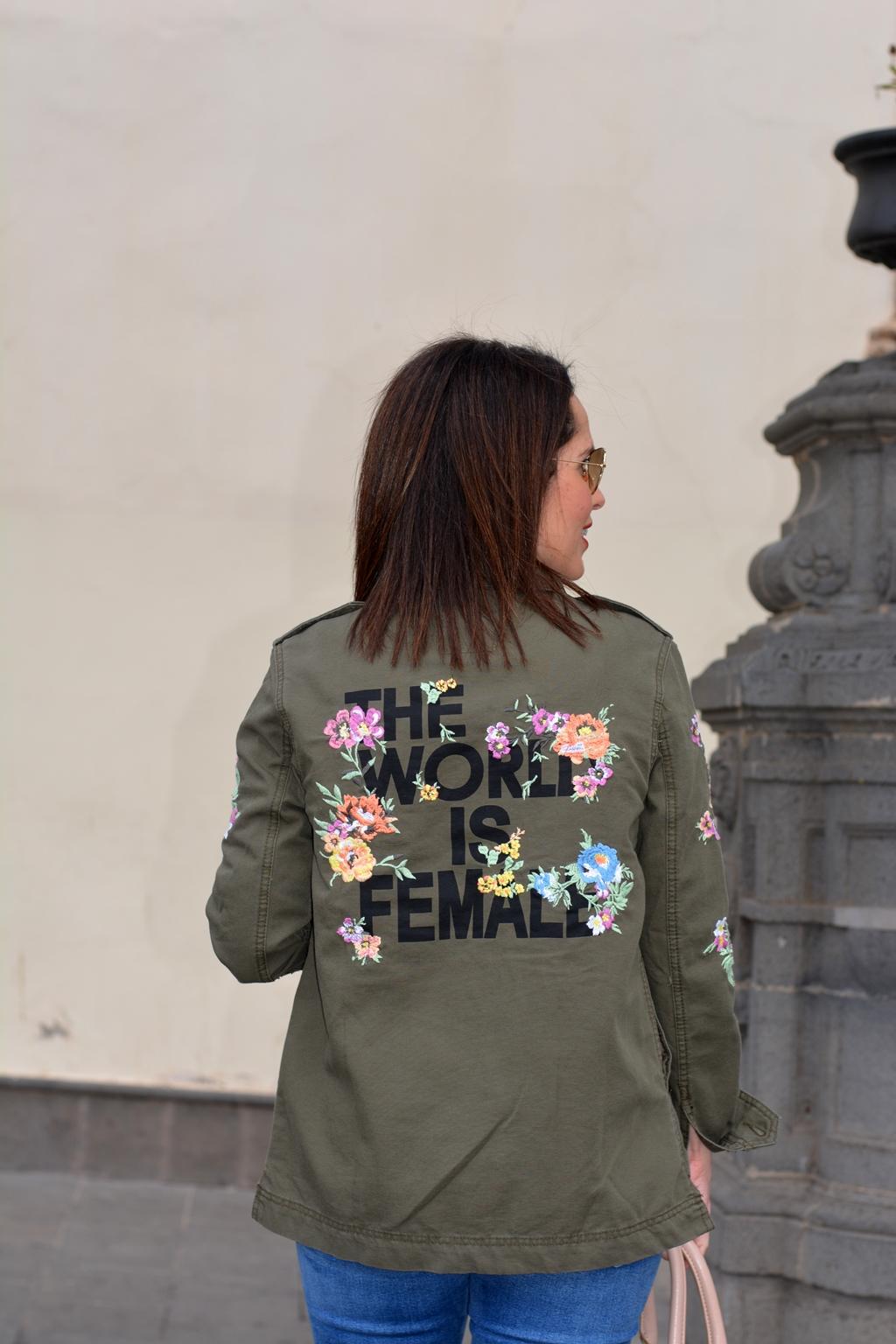 outfit-parka-flores-mensaje-bershka