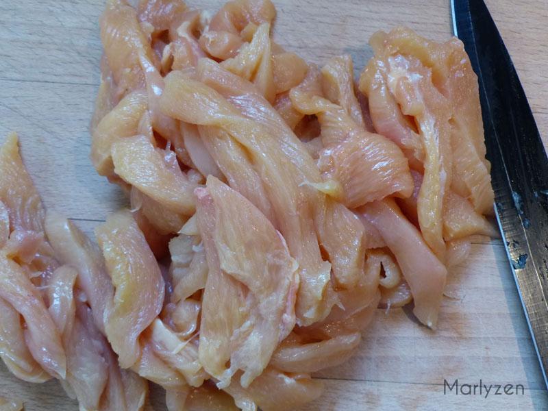 Découpez le poulet en lanières.