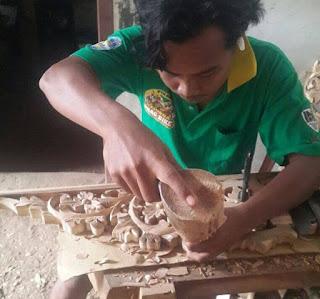membuat ukiran kayu
