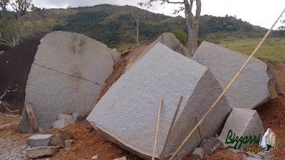 Pedra de granito bruta sendo cortada para fabricação de pedras folhetas e pedras paralelepípedos.