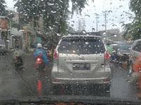 Jalan Licin dan Banjir, Inilah yang Harus Diperhatikan Sebelum Berkendara