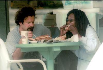 Whoopi Goldberg y Michael Visbal comiendo en un restaurante de Malibú (2001)