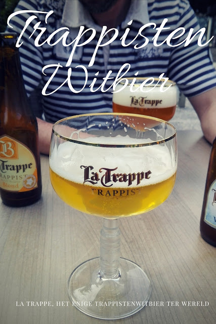 Biertje La Trappe op een terras in een speciaal glas. La Trappe is het enige trappistenwitbier ter wereld.