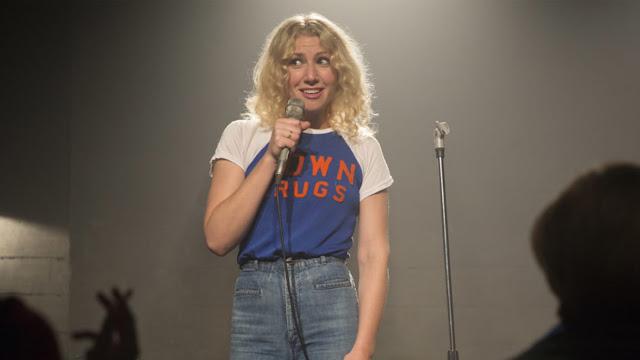 Ari Graynor joue une comédienne tentant de percer dans le stand-up dans la série I'm dying up here, créée par David Flebotte (2017-)