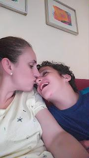 Madre-hijo-beso-autismo
