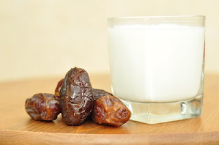 Doodh mein Chhuhaare ubaal kar peene aur khane ke fayde. Benefits of Dry Dates milk in Hindi/Urdu.