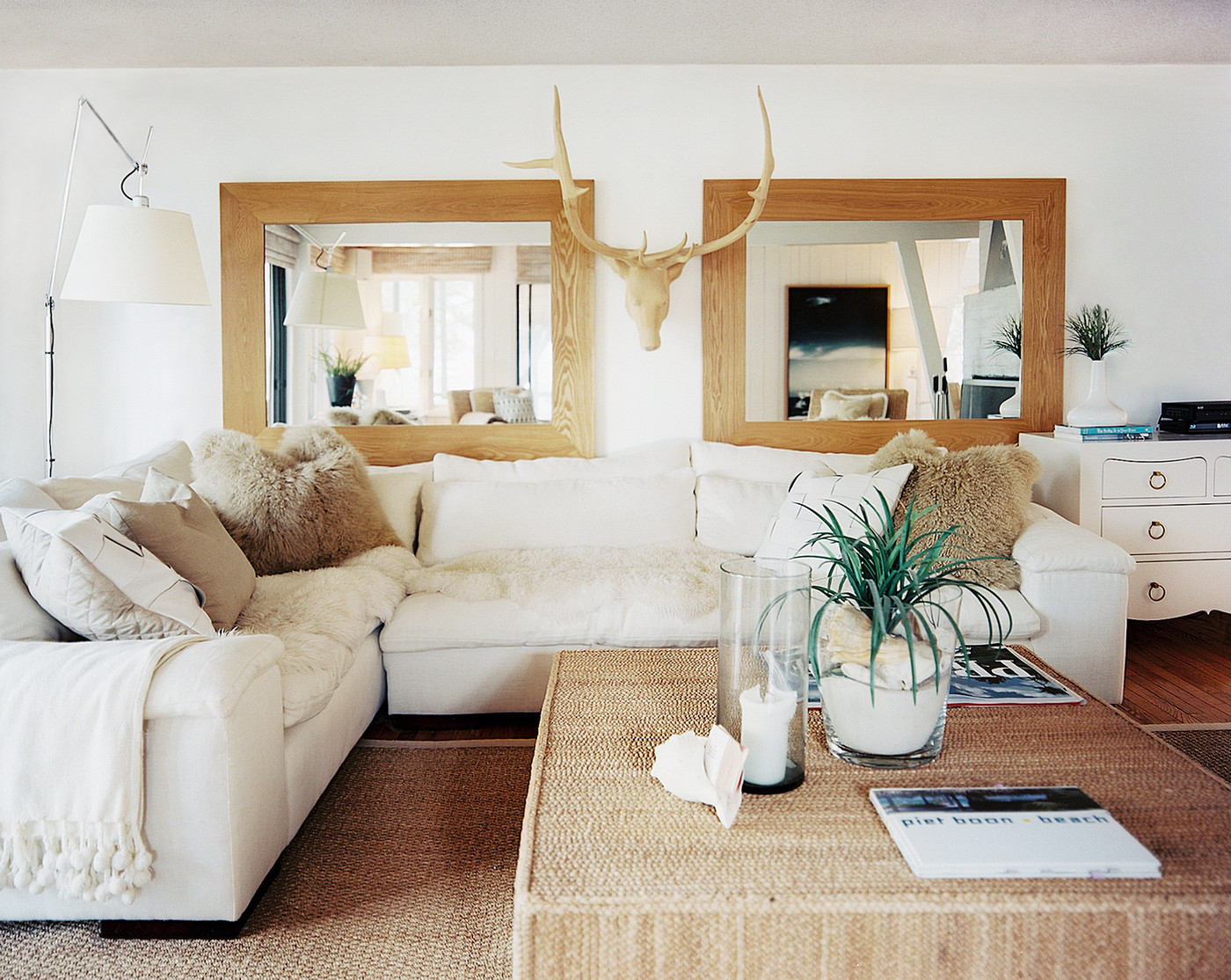 Home Priority: Classy Wall Mirrors for Splendid Living Rooms