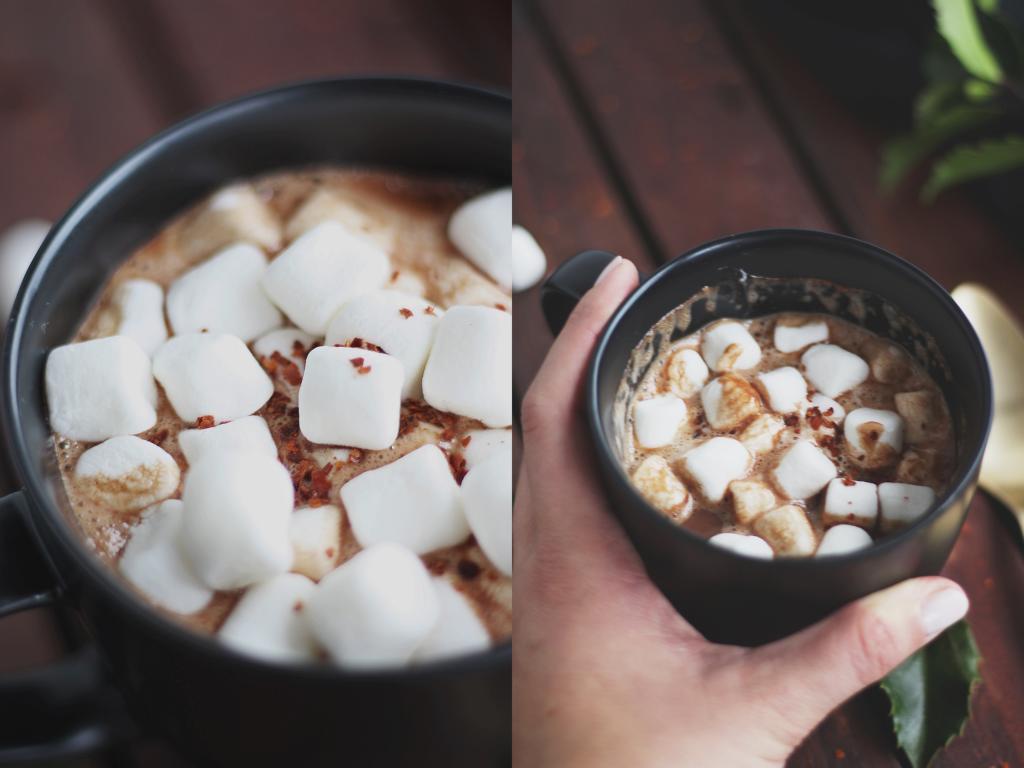 Chiliflocken und Marshmallows auf heißer Schokolade