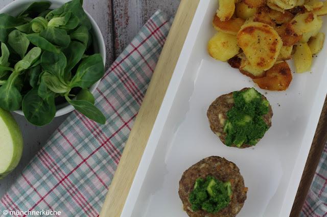 Ofen-Frikadellen mit Pesto und Bratkartoffeln.