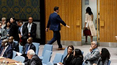 Foto de la Embajadora de Estados Unidos en Naciones Unidas saliendo de la sala de sesiones del Consejo de Seguridad al iniciar su alocución el Embajador de Palestina, el 15 de mayo del 2018 en Nueva York. Foto extraída de nota de prensa titulada «EE.UU. se queda solo en la ONU» (La Vanguardia, edición del 16/5/2018)