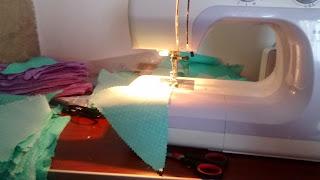 cosiendo banderines de tela