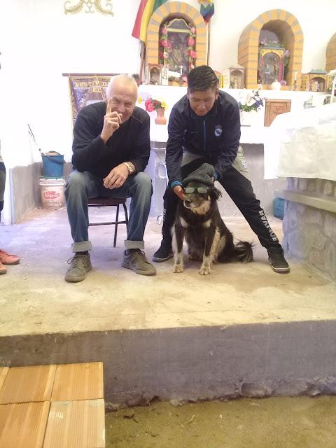 In der Kapelle von Casa Grande der Hund des Katecheten mit Pudelmütze und Brille ganz schlau das Tierchen