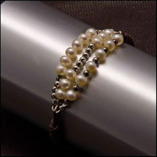 Pulsera tres líneas de perlas y plata. Joyería Artesanal personalizada