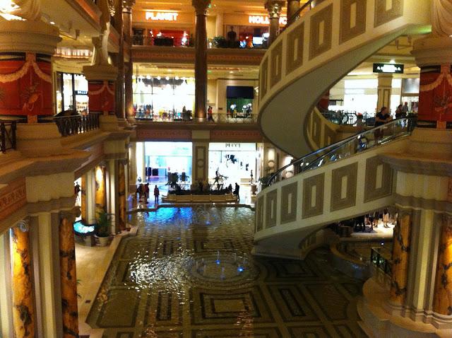 Forum Shops - escada rolante em caracol.