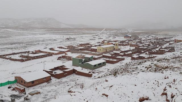 In San Pablo sind die sich schon vor einigen Tagen abzeichnenden Schneefälle angekommen Gut, dass ich gestern Nachmittag nach dem Antoniusfest in Esmoruco die Heimfahrt zur Missionsstation in San Pablo angetreten habe. Der 4.800 Meter hohe Pass war gestern noch schneefrei, heute wäre ich da nicht mehr durchgekommen.