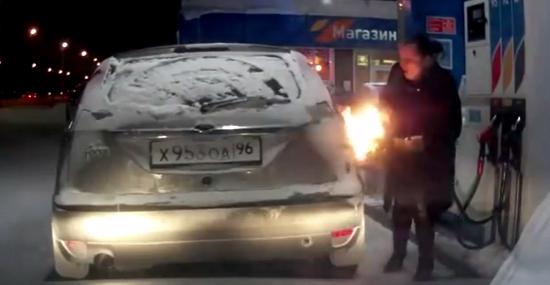 Mulher russa isqueiro posto gasolina 3