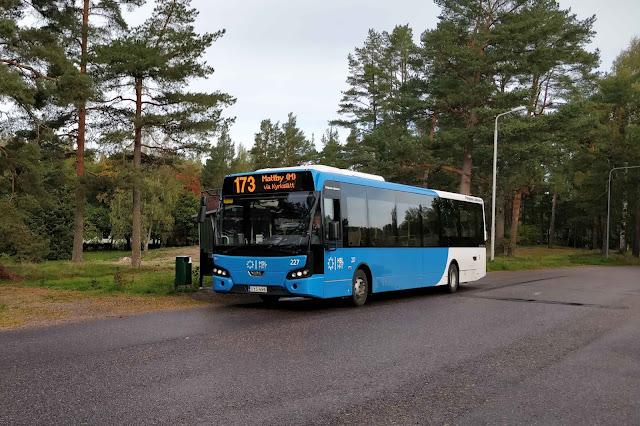 Linjan 173 bussi Upinniemen päätepysäkillä syyskuussa.