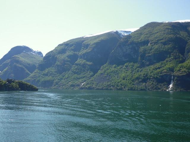Navegando por el fiordo Aurlandsfjord (@mibaulviajero)