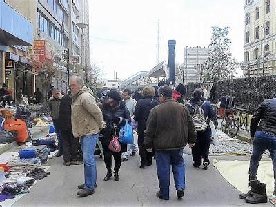 Παράνομο εμπόριο στον Ηλεκτρικό Σταθμό του Πειραιά: Μετανάστες πωλούν για λίγα ευρώ τη βοήθεια από ΜΚΟ! (ΕΙΚΟΝΕΣ)