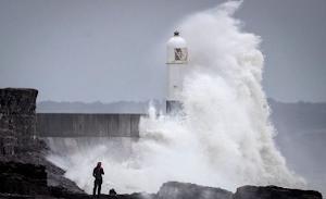 80mph Storm Ali Winds Hit UK, It's Dangerous