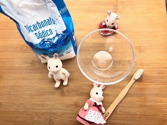 familia conejo, bicarbonato, cepillo de dientes
