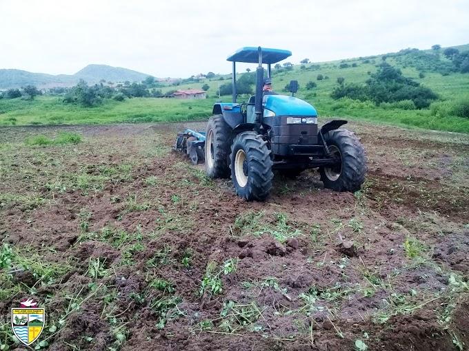 SÃO JOSÉ DOS RAMOS: Prefeitura realiza corte de terra gratuito para os agricultores de São José dos Ramos.