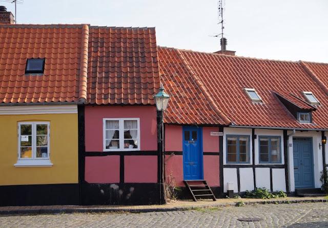 Bornholm mit Kindern im Herbst. Teil 2: Ankommen auf der Sonneninsel des Nordens. Die bunten Häuser von Rönne sind eine Attraktion der Insel.