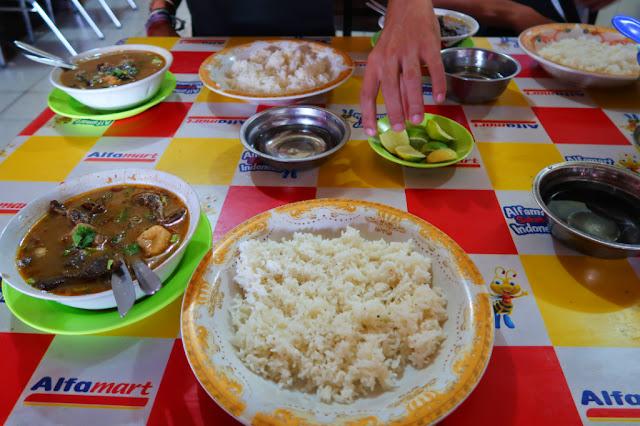 makan sop sodara di sulawesi