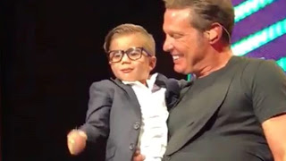 A lo gente no se le va una!. Llovieron críticas a Luis Miguel por demostrar afecto a un niño durante uno de sus conciertos.
