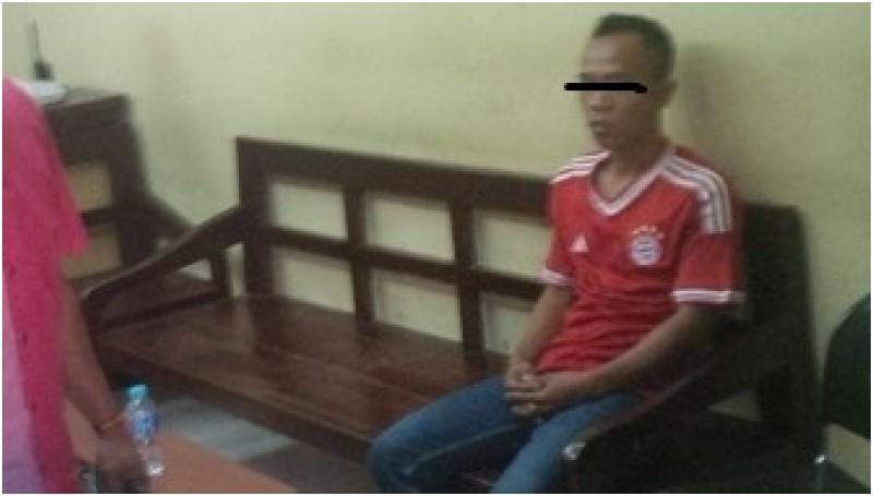 Ahmad Asri (kanan) saat diamankan di Mapolda Metro Jaya