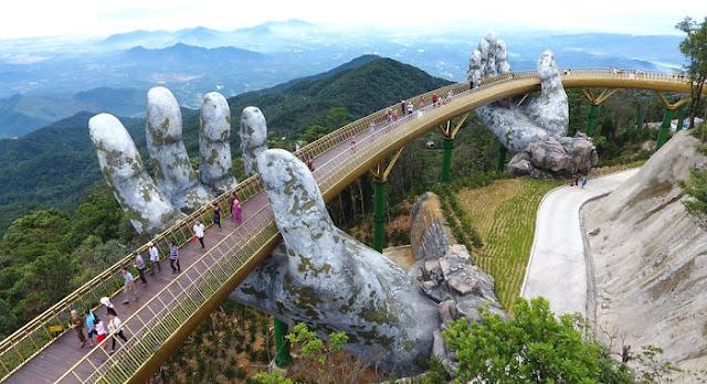 manos-gigantes-sostienen-el-puente-dorado-de-Da-Nang-en-Vietnam