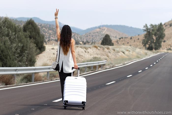 ideas de look para viajar con maletas y comodidad