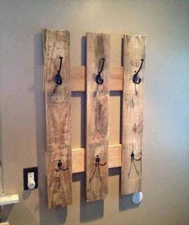 colgador de ropa hecho con palets de madera