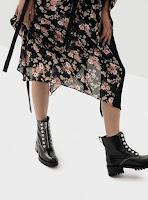Грубые ботинки с легким платьем